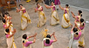13/09/2016 – Thiruvananthapuram: Thiruvathira performance as part of the Onam celebrations in Thiruvananthapuram on Tuesday - Express Photo by Manu R Mavelil [ Thiruvananthapuram, Kerala, Onam, Thiruvathira]